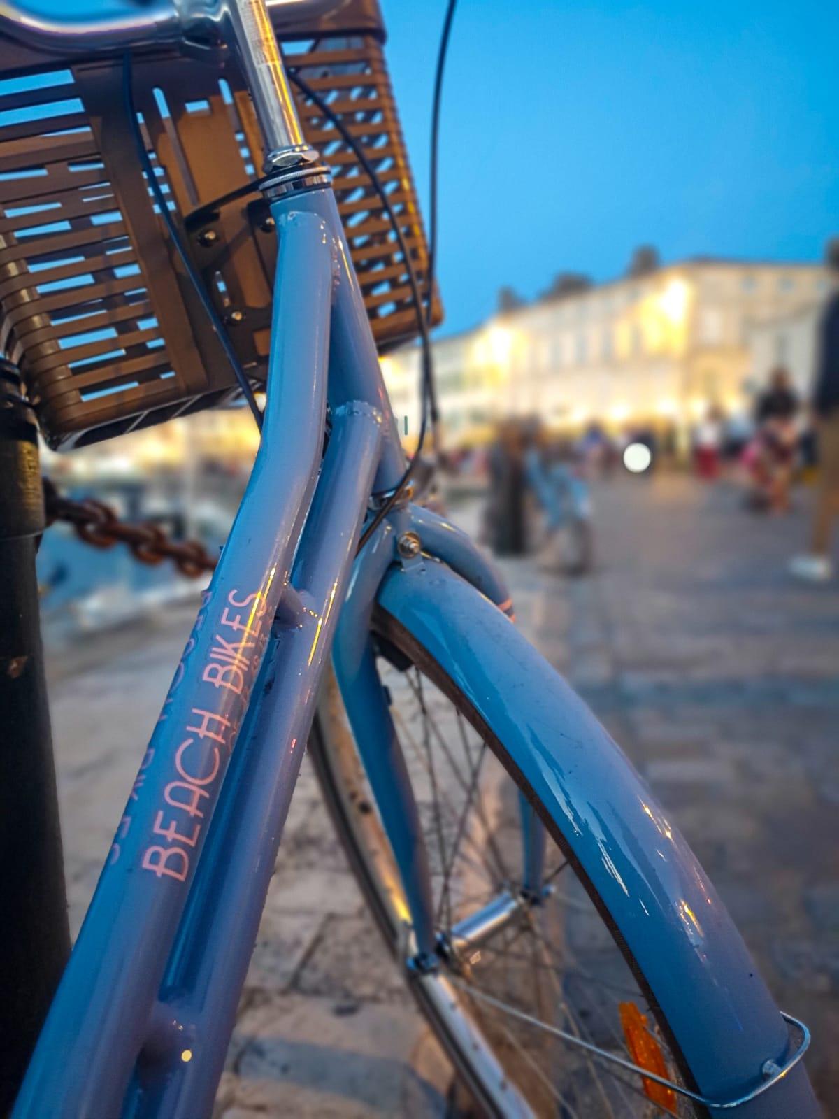 vélo sur le port de Saint Martin de ré