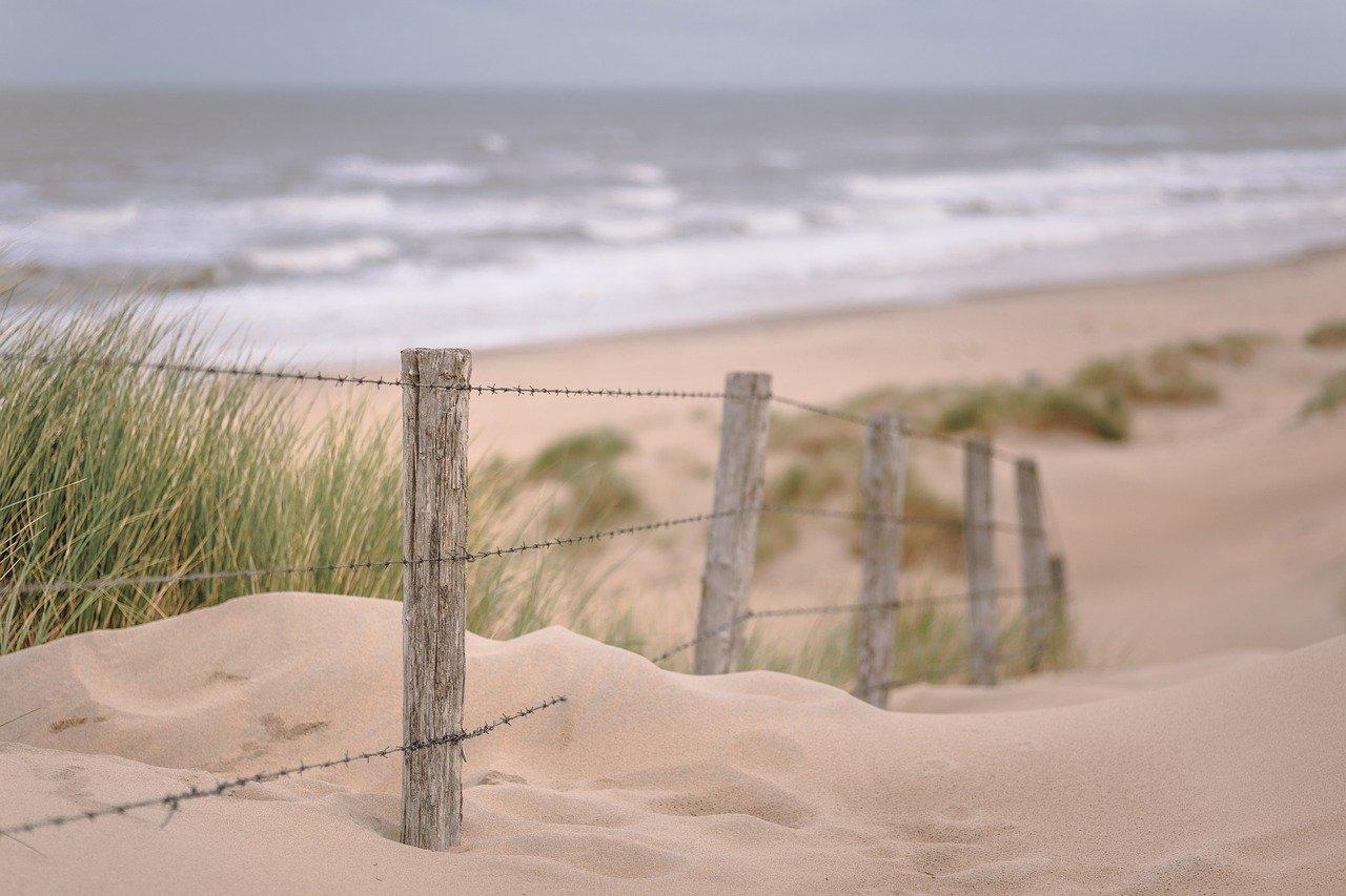 Chemin sur la plage au bois plage en ré